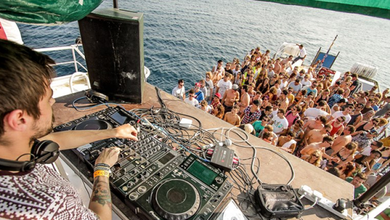 Majestic, Electrifying Party Boats In London For Partygoers To Groove On Best Of Dj's Beats.